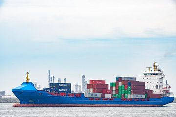 Un cargo avec des conteneurs quitte le port de Rotterdam sur
