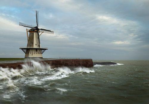 Storm aan de Noordzeekust bij de Oranjemolen te Vlissingen van