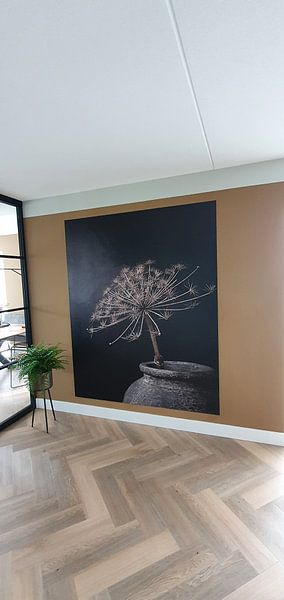 Kundenfoto: Stilleben mit großer getrockneter Bärenklaue in grauem Steingefäß von Mayra Pama-Luiten