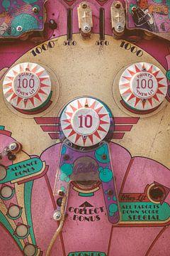 Einem verwitterten rosa Vintage Flipper-Maschine von Martin Bergsma