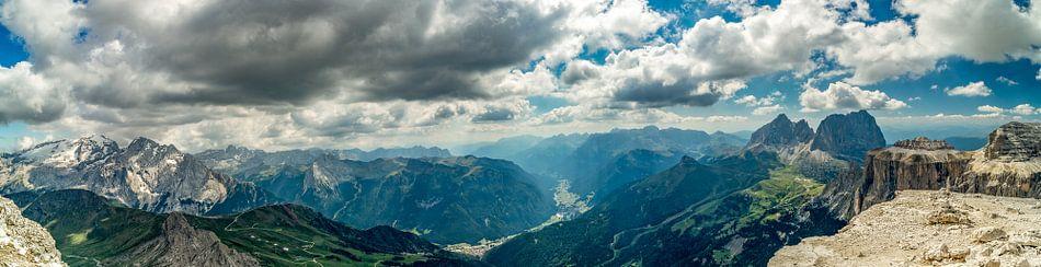 Uitzicht over de Dolomieten vanaf de Passo Pordoi van Rene Siebring