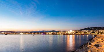 Skyline van Cannes in Frankrijk van Werner Dieterich