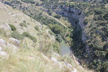 Uitzicht in de Aggitis Canyon / kloof naar de rivier en de brug erover - Griekenland van ADLER & Co / Caj Kessler