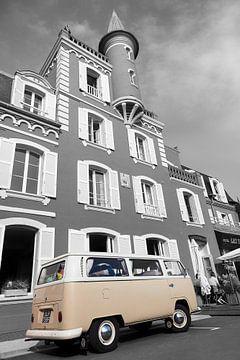 """Volkswagen T2 geparkt vor der Drei-Sterne-Hotel und Restaurant """"Les Tourelles""""; Straße in  von Evert Jan Luchies"""