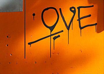 Liefdevolle grafitti op oranje muur