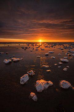 Das Wattenmeer ist im Winter mit Eisschollen bedeckt. Ein schöner Sonnenuntergang sorgt für schöne F von Bas Meelker