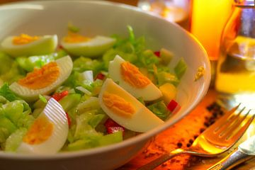 Frischer Salat mit einer Essig-Öl-Knoblauch-Honig-Vinaigrette van