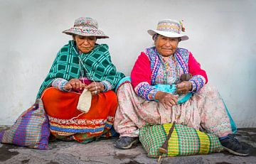 Twee handwerkende vrouwen in klederdracht in Chivay,  Peru van
