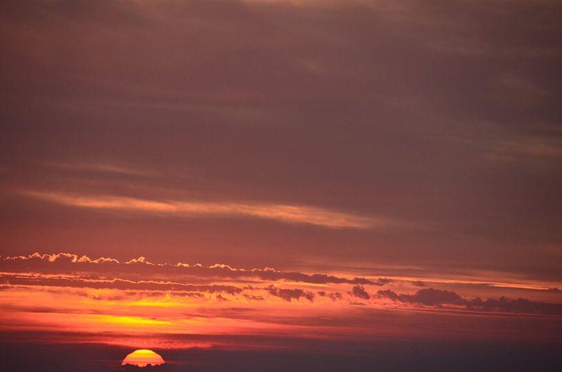 Setting Sun on the Horizon van Marcel van Duinen