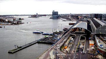Zicht op Amsterdam Centraal Station en het IJ van Reinder Weidijk