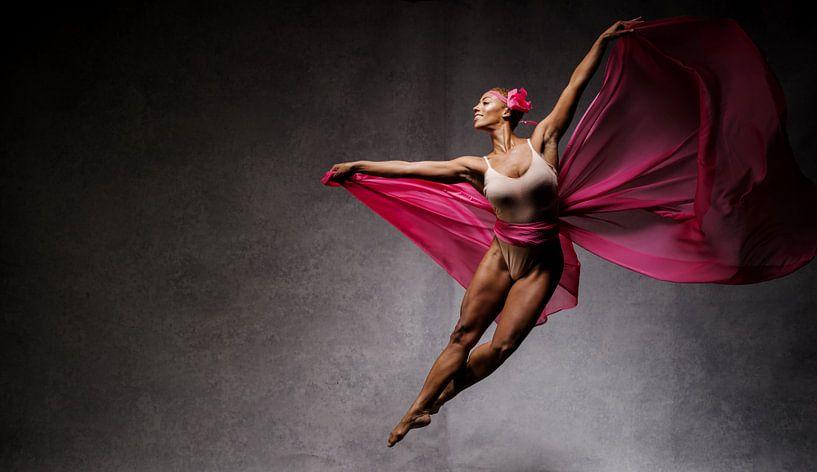 Vliegende danseres tegen donkere achtergrond van Atelier Liesjes
