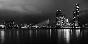 Rotterdam by night, panorama zwart/wit van