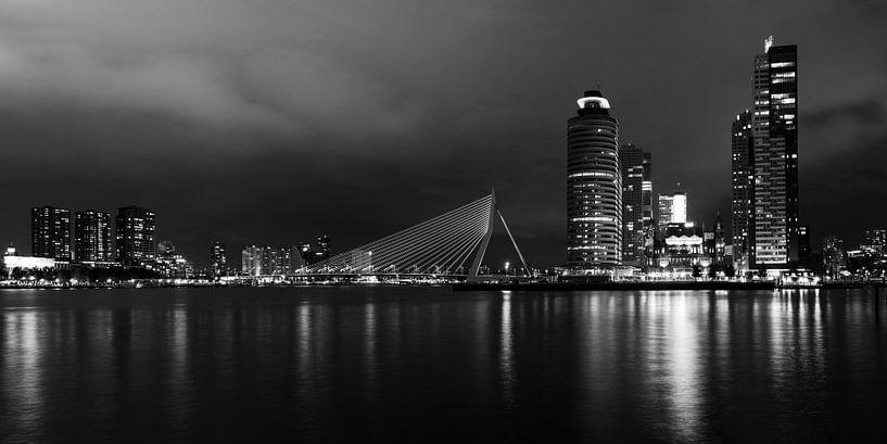 Rotterdam by night, panorama zwart/wit van Maurice Verschuur