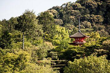 Toren in het groene Japanse landschap. van M. Beun