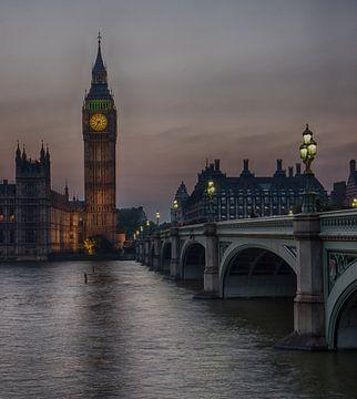 Big Ben tijdens zonsondergang met brug van