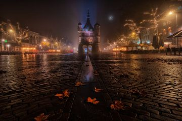 De stad Deventer in de mist, 's nachts van Martin Podt