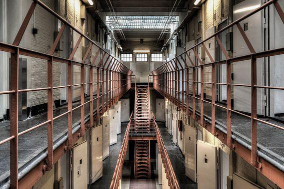 Symmetrie en diepte van een gang van een leegstaande gevangenis Schutterswei in Alkmaar van Sven van der Kooi