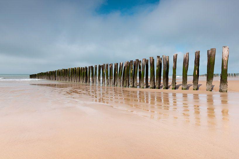 Golfbrekers bewaken de Opaalkust in Noord Frankrijk van Gerry van Roosmalen