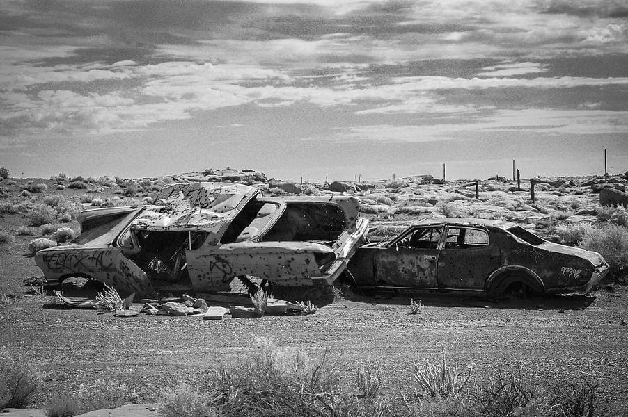 Oude autowrakken in de woestijn