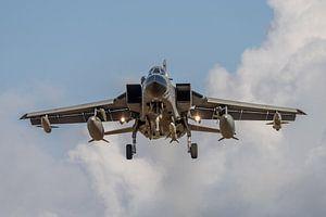 Panavia Tornado van de Italiaanse luchtmacht vlak voordat deze gaat landen op de Duitse vliegbasis N