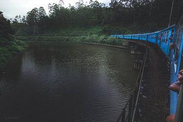 Blauwe trein Sri Lanka van Fotos by Jan Wehnert