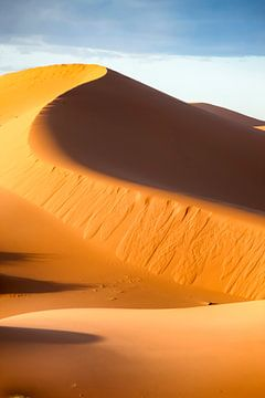 hoge zandduin in de sahara sur