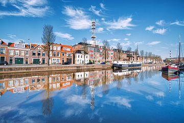 De Oosterkade in Leeuwarden weerspiegeld in de stadsgracht. sur Harrie Muis
