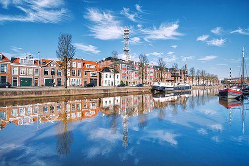 De Oosterkade in Leeuwarden weerspiegeld in de stadsgracht. von Harrie Muis