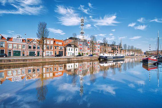 De Oosterkade in Leeuwarden weerspiegeld in de stadsgracht.