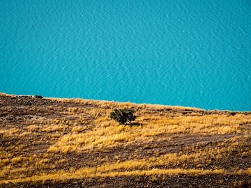 De abstracte oever van Lake Tekapo van Rik Pijnenburg