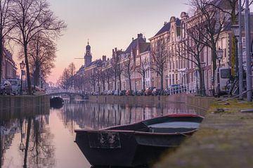 Het Rapenburg van Leiden in het ochtendlicht sur Martijn van der Nat