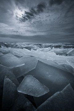Kruiend ijs in de winter op het IJsselmeer. Als het IJsselmeer bevroren is en het gaat dooien breekt van Bas Meelker