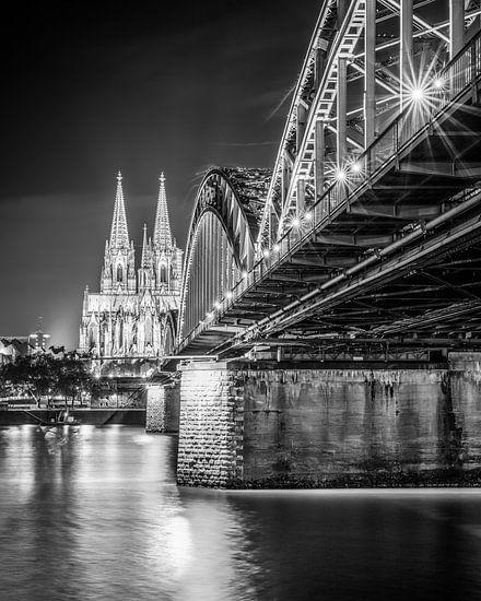 De Dom van Keulen 's nachts in zwart-wit