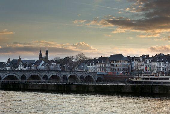Foto van de Sint-Servaasbrug en Onze-Lieve-Vrouwebasiliek in Maastricht van Geert Bollen