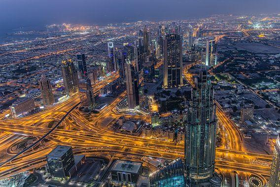 Dubai bij nacht 3 van Peter Korevaar