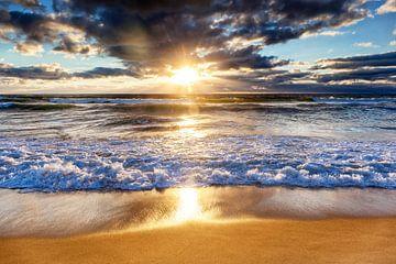 Coucher de soleil doré sur la plage du Truc Vert, Cap Ferret, France sur Evert Jan Luchies