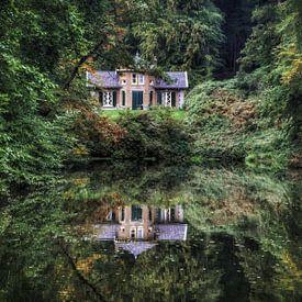 Mooie herfst en reflectie van de natuur en een huis in het water park Zypendaal Arnhem van Joyce Derksen