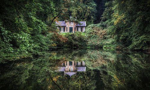 Mooie herfst en reflectie van de natuur en een huis in het water park Zypendaal Arnhem