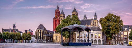 Panorama vrijthof Maastricht tijdens zonsopgang van