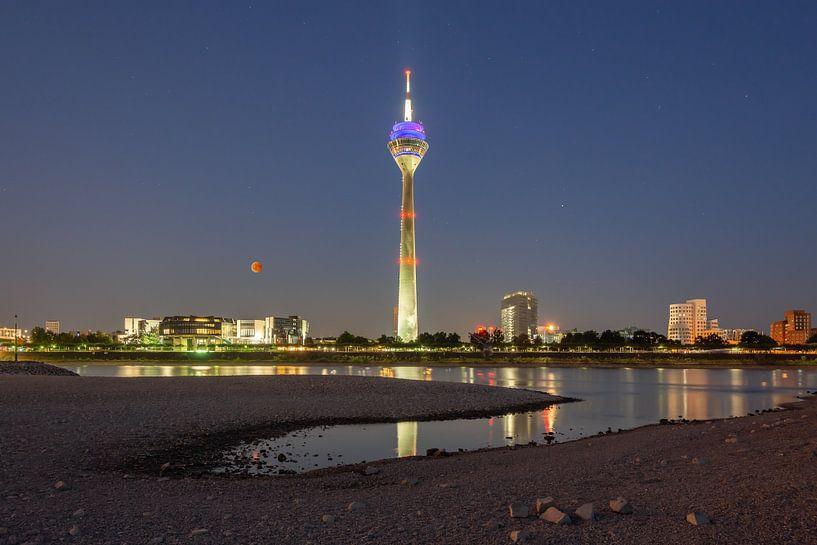 Blood moon in Dusseldorf van Michael Valjak