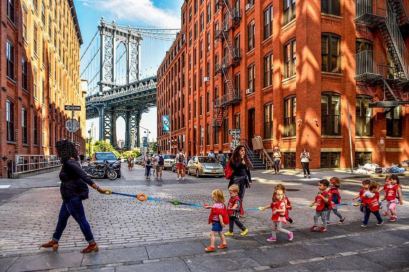 NYC:  Dagelijks leven bij Manhattan bridge in DUMBO van Coby Bergsma