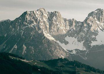 Zonlicht op Besneeuwde Bergtop van Sophia Eerden