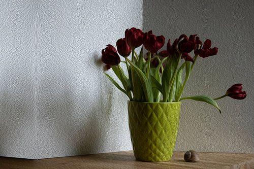 Rode tulp in groene pot