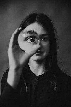 Magnify- Ein b&w künstlerisches Porträt von sonja koning