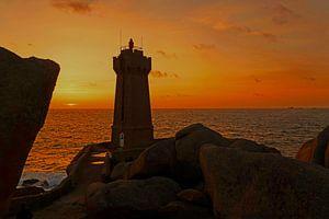 Vuurtoren Men Ruz in Bretagne bij zonsondergang van