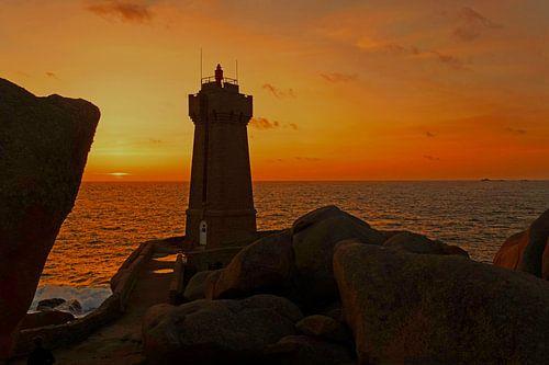 Vuurtoren Men Ruz in Bretagne bij zonsondergang van Aagje de Jong