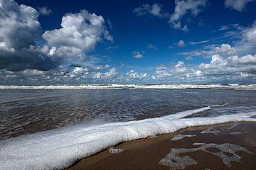 Strand bij Scheveningen met blauwe lucht van