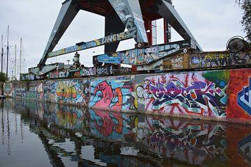 Graffiti  en Street Art op hijskraan en kade NDSM werf Amsterdam van My Footprints