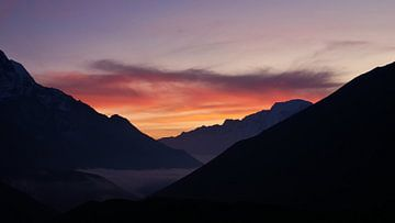 Zonsondergang in de Himalaya van Timon Schneider