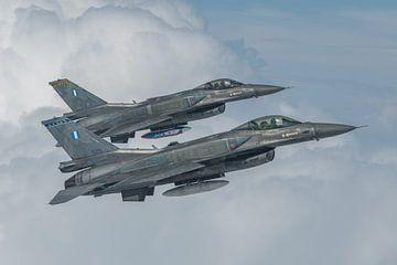 2 F-16's Griekse Luchtmacht air to air gefotografeerd, september 2018. van Jaap van den Berg
